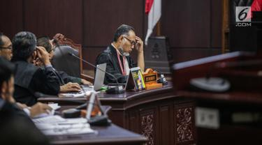 Ekpresi Ketua Tim Hukum Prabowo-Sandiaga, Bambang Widjojanto saat mengikuti sidang putusan sengketa Pilpres 2019 di Gedung Mahkamah Konstitusi (MK), Jakarta, Kamis (27/6/2019). MK akan membacakan putusan sengketa Pilpres 2019 yang dimohonkan kubu Prabowo-Sandiaga. (Liputan6.com/Faizal Fanani)