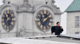 Aktor Tom Cruise berlari mengejar helikopter di sepanjang Jembatan Blackfriars di London, Inggris (14/1). Aktor 55 tahun ini melakukan serangkaian aksi menegangkan di film terbarunya tersebut. (Victoria Jones / PA via AP)