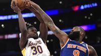 Aksi Julius Randle (baju putih) saat Lakers menghajar Knicks (AP)