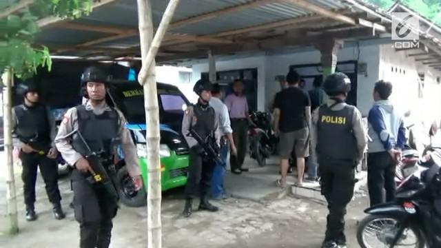 Densus 88 menggerebek rumah warga di Jombang. Penghuni rumah tersebut diketahui sebagai penjual pisang.