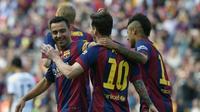 Lionel Messi bersama Xavi Hernandez dan Neymar merayakan gol ke gawang Deportivo La Coruna (LLUIS GENE / AFP).