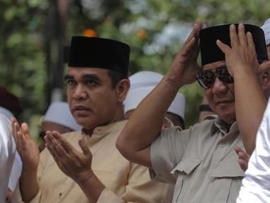 Capres nomor urut 02 Prabowo Subianto saat menghadiri syukuran kemenangan di kediaman Prabowo, di Kertanegara, Jakarta, Jumat (19/4). Acara dengan tema gema nisfu sya'ban sekaligus ucapan syukur kemenangan Prabowo - Sandiaga tersebut dihadiri ribuan pendukung. (Liputan6.com/Faizal Fanani)