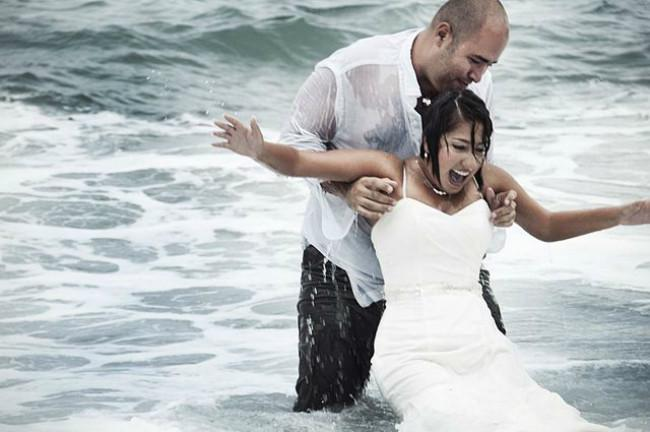 Ilustrasi pasangan melakukan tantangan 'trash your wedding dress.' (Sumber Wikimedia/Casa Fragma via Creative Commons)