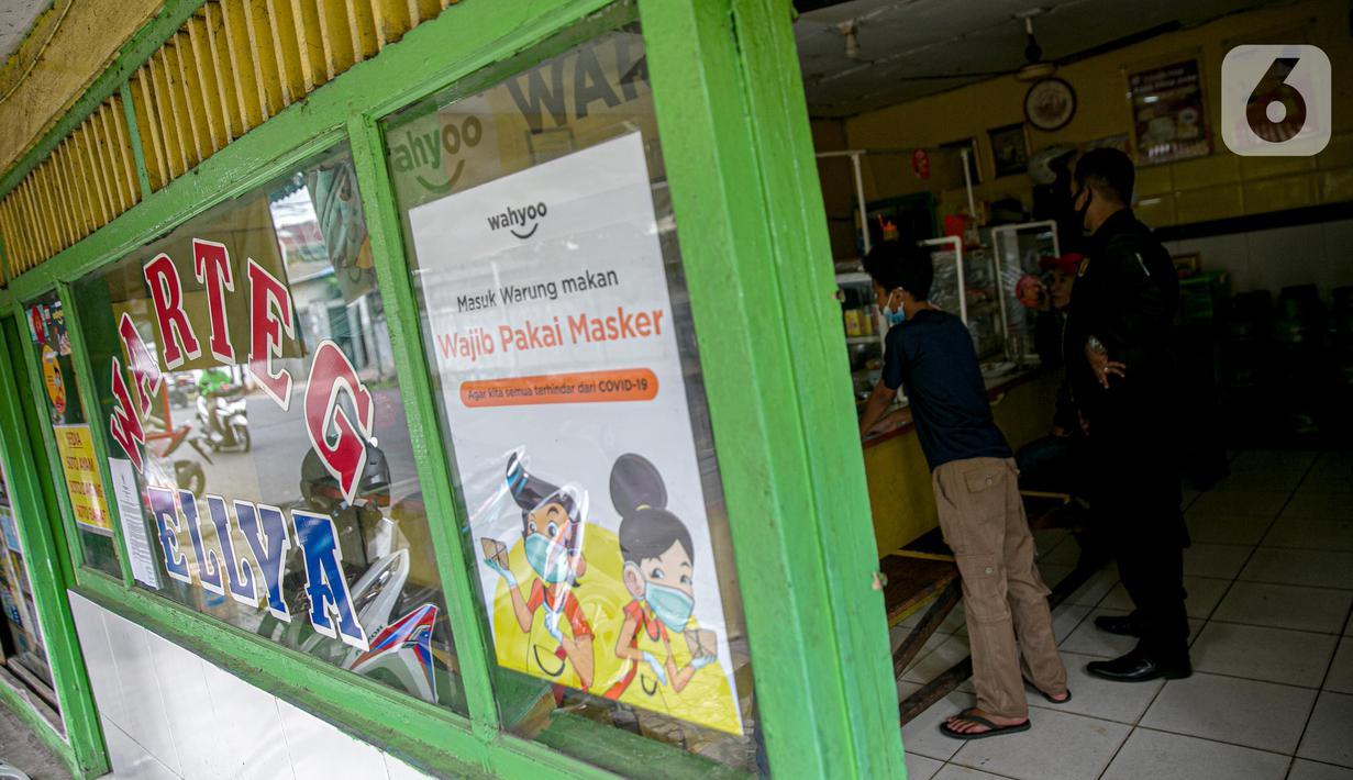 Pelanggan antre membeli di warteg kawasan Jakarta, Rabu (27/1/2021). Komunitas Warteg Nusantara (Kowantara) menyatakan, sekitar 50 persen atau 20.000 unit warteg di Jabodetabek akan gulung tikar tahun ini disebabkan tidak mampu membayar atau memperpanjang sewa tempat. (Liputan6.com/Faizal Fanani)