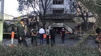 Presiden Jokowi meninjau Gereja Pantekosta Pusat Surabaya (GPPS) yang menjadi lokasi ledakan bom di Jalan Arjuna, Surabaya, Minggu (13/5). Jokowi didampingi Kapolri Jenderal Tito Karnavian dan Panglima TNI Mareskal Hadi Tjahjanto. (Liputan6.com/Istimewa)