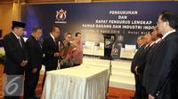 Ketua Umum KADIN Rosan Perkasa Roeslani membacakan pengukuhan dewan pengurus KADIN 2015-2020 di Jakarta, Selasa (5/4). Pengukuhan dewan pengurus KADIN 2015-2020 Sebanyak 34 wakil ketua umum. (Liputan6.com/Helmi Afandi)