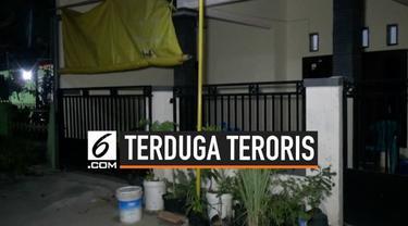Tim Densus 88 dan Polres Ponogoro menangkap seorang pria yang diduga teroris. Pria yang ditangkap sehari-hari berjualan kaos kaki.