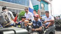 Pemain Arema Cronus mengikuti pawai juara dengan naik jeep tanpa atap. Peristiwa itu mengingatkan konvoi Arema juara ISL 2010.