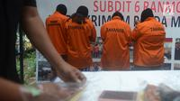 Sejumlah tersangka dihadirkan polisi dalam rilis kasus praktik prositusi di Apartemen Kalibata City, Jakarta, Kamis (29/3). Hingga saat ini, kasus prostitusi tersebut masih dalam penanganan dan penyelidikan pihak kepolisian. (Merdeka.com/Imam Buhori)