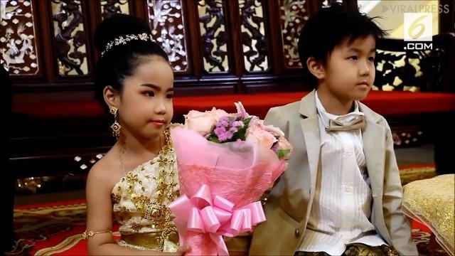 Sepasang anak kembar menikah di usia yang dini, yakni 6 tahun. Keduanya dinikahkan orangtuanya karena dianggap sepasang kekasih di kehidupan sebelumnya.