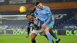 Bek Manchester City, Aymeric Laporte, berebut bola dengan pemain West Bromwich Albion, Callum Robinson, pada laga Liga Inggris di Stadion The Hawthorns, Selasa (27/1/2021). City menang dengan skor 0-5. (Michael Regan/POOL/AFP)