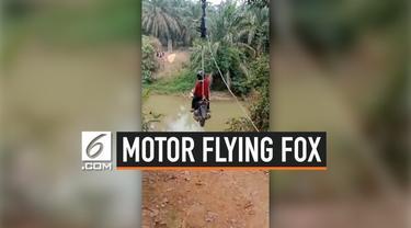 Sebuah motor dimodifikasi seperti flying fox. Hal ini dilakukan dua orang wanita untuk menyeberangi sungai. Meski berbahaya, keduanya berhasil melintasi sungai tersebut.