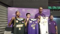 CLS Knights Indonesia memperkenalkan jersey baru yang akan dipakai mengarungi ASEAN Basketball League 2018-2019, di GOR Kertajaya Surabaya, Rabu (7/11/2018). (Bola.com/Zaidan Nazarul)