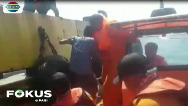 Pada hari Kamis, dalam kondisi dilanda kepanikan, mereka menyelamatkan diri dengan menggunakan pelampung dari busa yang diikat seutas tali.