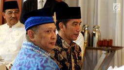 Presiden Joko Widodo dan Ketua DPR Bambang Soesatyo saat menghadiri acara buka puasa bersama dengan pimpinan dan anggota DPR di Rumah Dinas Ketua DPR Jalan Widya Chandra, Jakarta, Senin (28/5).(Liputan6.com/Johan Tallo)