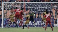 Striker Persija, Bambang Pamungkas, melepaskan sundulan ke gawang Mitra Kukar pada laga perempat final Piala Presiden di Stadion Manahan, Solo, Minggu, (4/2/2018). Persija menang 3-1 atas Mitra Kukar. (Bola.com/M Iqbal Ichsan)