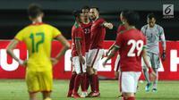 Pemain Timnas Indonesia merayakan kemenangan usai melawan Guyana pada laga persahabatan di Stadion Patriot Candrabhaga, Bekasi, Sabtu (25/11). Indonesia unggul 2-1. (Liputan6.com/Helmi Fithriansyah)