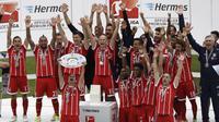 Kapten Bayern Munchen, Philipp Lahm mengangkat trofi juara Bundesliga  2016-2017 usai mengalahkan SC Freiburg di  Allianz Arena stadium, Munich, (20/5/2017).  Bayern menang 4-1. (AP/Matthias Schrader)