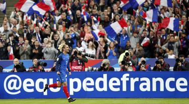 Pemain Prancis, Antoine Griezmann merayakan golnya ke gawang Belarusia pada kualifikasi Piala Dunia 2018 grup A di Stade de France stadium, Saint-Denis (10/10/2017). Prancis menang 2-1. (AP/Christophe Ena)