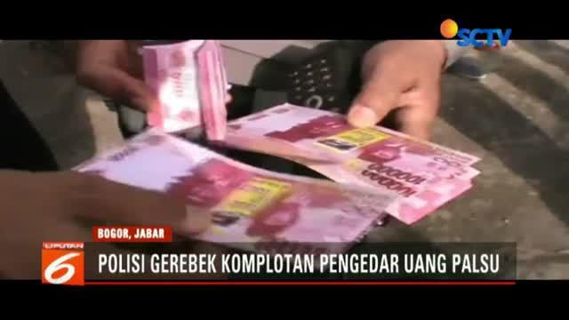 Polisi tangkap lima orang pengedar uang palsu di Bogor beserta barang bukti uang palsu senilai 6 miliar rupiah.