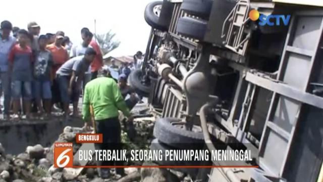 Sebuah bus pengangkut rombongan pengajian yang hendak berwisata terbalik di Jalan Lintas Curup Lubuk Linggau, Bengkulu.