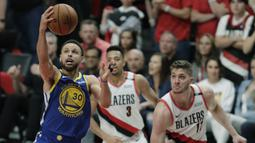 Pebasket Golden State Warriors, Stephen Curry, berusaha memasukkan bola saat melawan Portland Trail Blazers pada laga NBA 2019 di Moda Center, Senin, (20/5). Warriors menang 119-117 atas Blazers. (AP/Ted S. Warren)