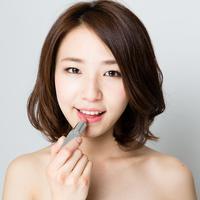 Ilustrasi memakai lipstik/copyright shutterstock By takayuki