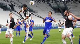Striker Juventus, Cristiano Ronaldo, menyundul bola saat melawan Sampdoria pada laga Serie A di Allianz Stadium, Turin, Senin (27/7/2020). Kemenangan 2-0 ini membuat juventus mengunci gelar juara Serie A musim 2019-2020. (AP Photo/Antonio Calanni)