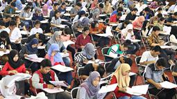 Peserta mengikuti Try Out Nasional SBMPTN 2016 di GOR Ciracas, Jakarta, Sabtu (21/5). Try Out Nasional yang digagas PDIP diikuti kurang lebih 200 ribu peserta SLTA/sederajat di 34 Provinsi se-Indonesia. (Liputan6.com/Immanuel Antonius)