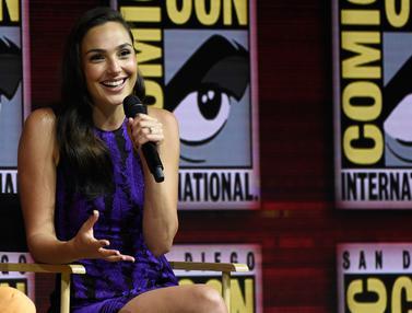 Senyum Manis Gal Gadot di San Diego Comic Con
