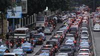 Kondisi arus lalu lintas pada sore hari di kawasan Sudirman saat uji coba penghapusan 3 in 1, Jakarta, Selasa (5/4). Di hari pertama uji coba, arus lalu lintas di jalur 3 in 1  bertambah macet. (Liputan6.com/Johan Tallo)