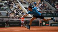 Novak Djokovic berhadapan dengan Domonic Thiem pada babak semifinal Prancis Terbuka 2019 (AFP/CHRISTOPHE ARCHAMBAULT)