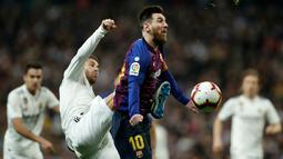 Striker Barcelona, Lionel Messi berusaha membawa bola dari kawalan bek Real Madrid, Sergio Ramos selama pertandingan lanjutan La Liga Spanyol di Santiago Bernabeu, Madrid (2/3). Barcelona menang tipis atas Real Madrid 1-0. (AP Photo/Manu Fernandez)