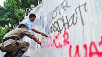 Sejumlah kelompok yang melakukan aksi Sahur On The Road ini mengotori dinding yang bertulisan SOTR di kawasan jalan Thamrin, Jakarta, Selasa (22/7/14) (Liputan6.com/Faizal Fanani)