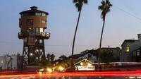 Hunian dengan tinggi sekitar 31 meter itu akhirnya menjadi salah satu lokasi wisata Orange County.