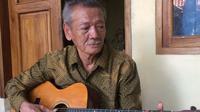 Maestro dan pencipta melodi Kiser pada Tarling Klasik Cirebon Sudjana Partanain terus berlatih diusia senjanya. Foto (Liputan6.com / Panji Prayitno)