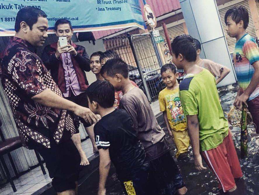 Wali Kota Semarang Hendrar Prihadi menemui anak-anak yang tinggal di daerah rob. (foto : Liputan6.com/edhie prayitno ige)