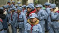 Seragam SD di China menggunakan warna biru lengkap dengan topi bermotif bintang (Sumber foto: @infounik_id)