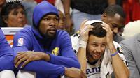 Pebasket Golden State Warriors, Stephen Curry dan Kevin Durant saat pertandingan melawan Miami Heat pada laga NBA di American Airlines Arena, Miami, Senin (4/12/2017). Warriors menang 123-95 atas Heat. (AP/Joe Skipper)