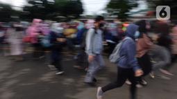 Calon penumpang KRL antre untuk masuk ke dalam Stasiun Bekasi, Jawa Barat, Senin (1/2/2021). Calon penumpang KRL mengantre hingga beberapa baris. (Liputan6.com/Herman Zakharia)