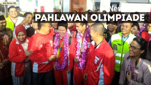 Para atlet Indonesia yang berjuang pada Olimpiade Rio 2016 telah tiba di Tanah Air. Mereka langsung diarak menggunakan bus Bandros dari Bandara Soekarno-Hatta menuju gedung Kementerian Pemuda dan Olahraga