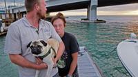 Tanner Broadwell dan Nikki Walsh serta anjing peliharannya selamat dalam insiden kecelakaan kapal tenggelam (Picture: Jim Damaske/Tampa Bay Times/Metro.co.uk)
