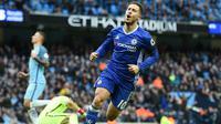 6. Eden Hazard (Chelsea) - Bintang Belgia ini punya kualitas yang hampir sama dengan Ronaldo. Kemampuan mendribel bola dengan cepat dan skill yang mumpuni membuat Real Madrid harus mempertimbangkan untuk memakai jasanya. (AFP/Paul Ellis)