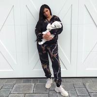Pada 1 Maret lalu, Kylie Jenner mengunggah fotonya bersama dengan Stormi untuk merayakan satu bulan kelahiran anaknya itu. (instagram/kyliejenner)