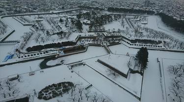 Penampakan dari atas menara Benteng Goryokaku di Hakodate, Jepang, saat musim dingin. (Liputan6.com/Dinny Mutiah)