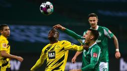 Gelandang Werder Bremen, Maximilian Eggestein (kanan), berebut bola dengan striker Borussia Dortmund, Youssoufa Moukoko, dalam laga lanjutan Bundesliga Liga Jerman 2020/21 pekan ke-12 di Weserstadion, Bremen, Selasa (15/12/2020). Bremen kalah 1-2 dari Dortmund. (AFP/Patrik Stollarz/Pool).