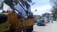 Sejumlah video yang merekam warga Papua mengibarkan bendera mirip bendera Israel tersebar luas di media sosial. (dok. Twitter @AfRadenkanjeng/Dinny Mutiah)