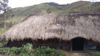 Lampu Tenaga Surya Hemat Energi (LTSHE) terpasang di rumah penduduk di desa terpencil Papua. Pada 2017 Kementrian ESDM telah membagikan paket LTSHE untuk 79.564 rumah di 1.027 desa. (Liputan6.com/HO/Hadi M Djuraid)