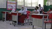 Sejumlah murid  mengikuti kegiatan belajar di SD Negeri 6, Bekasi, Jawa Barat, Selasa (4/8/2020). Pemerintah setempat memberikan izin kepada enam sekolah untuk melakukan uji coba pembelajaran tatap muka selama satu bulan. (Liputan6.com/Herman Zakharia)