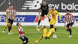 Peman Athletic Bilbao Iker Muniain (kiri) berebut bola dengan pemain Barcelona Ousmane Dembele (kanan) pada pertandingan Liga Spanyol di Stadion San Mames, Bilbao, Spanyol, Rabu (6/1/2021). Barcelona menang 3-2 dengan dua gol dari Lionel Messi. (AP Photo/Alvaro Barrientos)